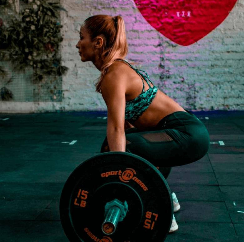Mujer alzando pesas